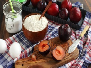 Ciruelas, huevos y harina para preparar un postre