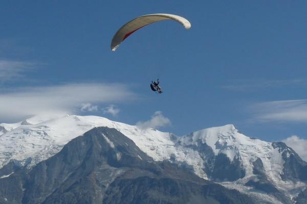 Parapente en frente de la cumbre del Mont Blanc