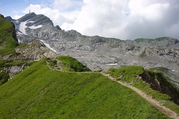 Sendero entre grandes montañas