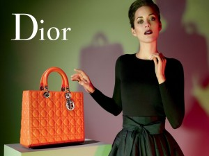 Postal: Christian Dior, bolso naranja