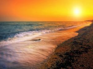 Postal: Nace el sol en la playa