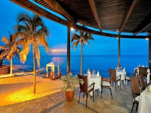 Postal: Comedor romántico a la orilla del mar