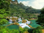 Cascadas de agua cristalina