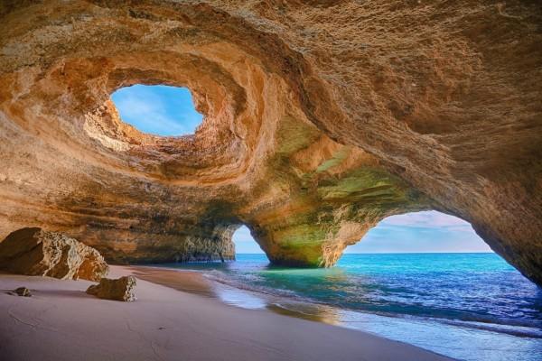 Observando el mar a través de inmensas rocas