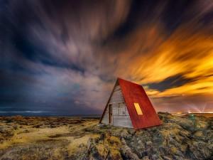 Postal: Casa de madera junto al mar de Islandia
