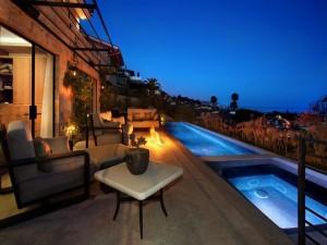 Residencia con piscina iluminada