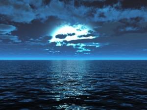 Postal: La luna entre nubes sobre el mar