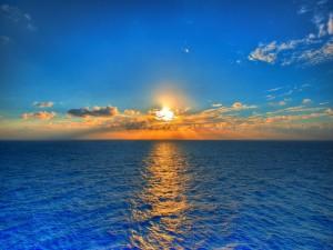 La luz del sol sobre el mar