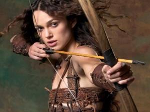 Keira Knightley con arco y flecha