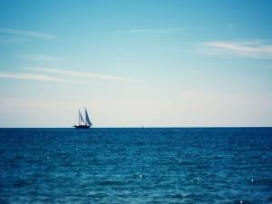 Postal: Barco en el océano