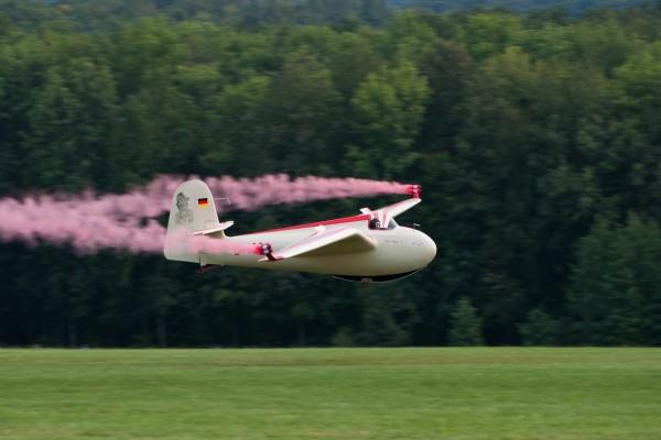 Avioneta despidiendo humo rosa