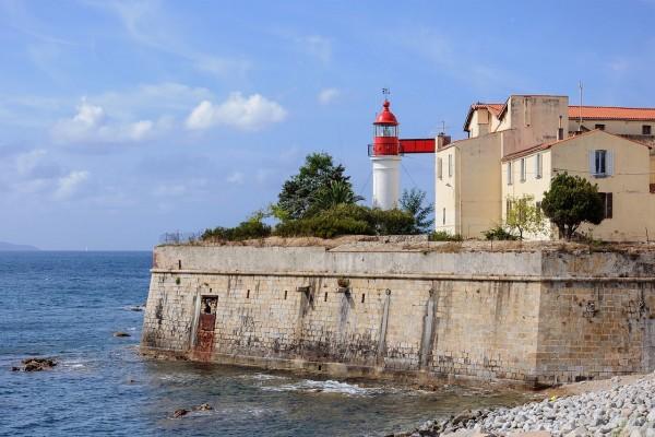 El faro de la ciudadela de Ajaccio, al sur de Córcega, Francia