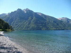 """Playa en el extremo sur del """"Lago Gutiérrez"""" (Río Negro, Argentina)"""