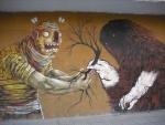 Dos seres dibujados en una pared