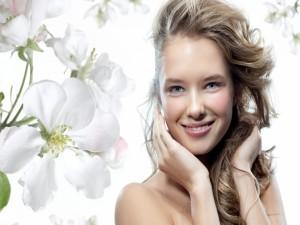 Mujer sonriente con ojos azules