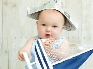 Bebé jugando con un barquito