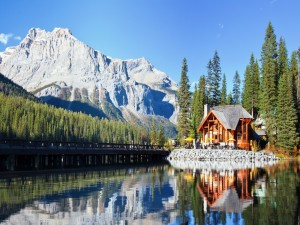 Postal: Casa de campo junto a un lago