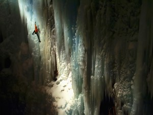 Escalando las paredes heladas de una cueva