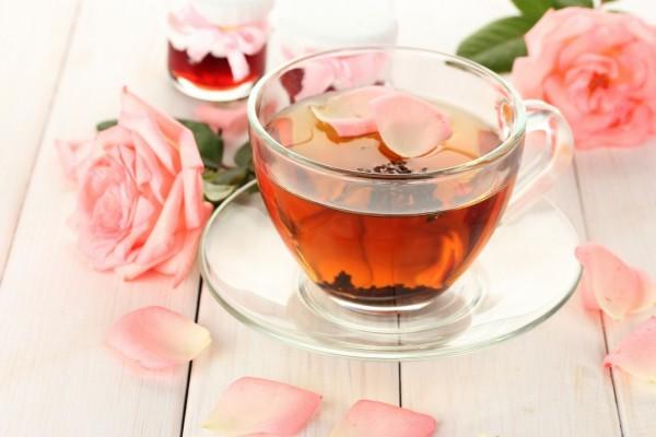 Taza de té con pétalos de rosa
