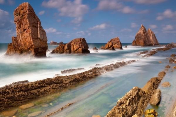 Grandes rocas en el mar