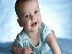 Bebé con tierna mirada y sonriente