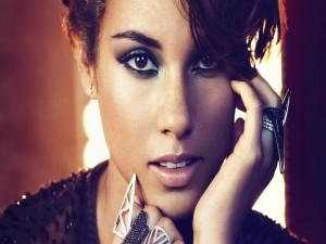 Alicia Keys con anillos