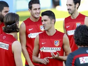 Jugadores del Atlético de Madrid, charlando en el entrenamiento