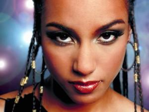 Alicia Keys con trenzas en el pelo