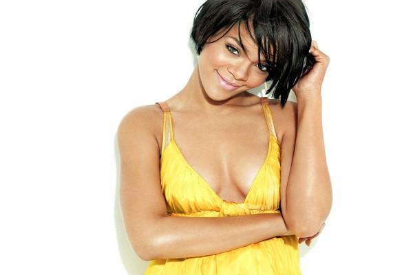 Rihanna con camiseta amarilla