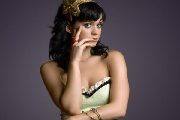 Katy Perry, con un anillo de fresa