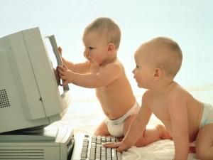 Postal: Bebés con un ordenador