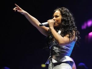 Postal: Alicia Keys cantando en un concierto