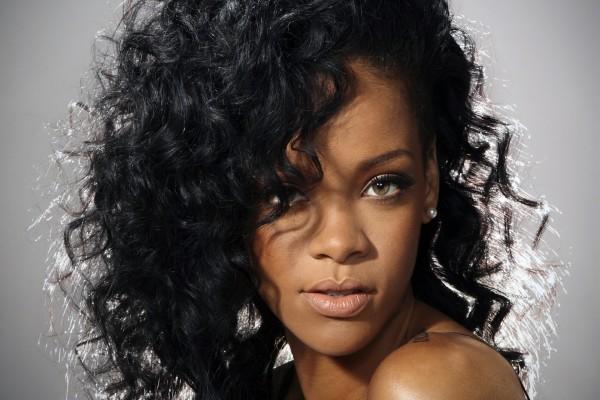 Rihanna con el pelo rizado