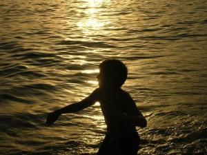 Postal: Niño en la playa