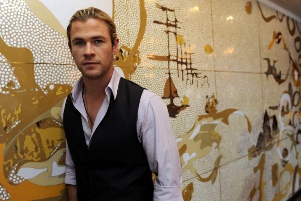 Chris Hemsworth, con un chaleco negro