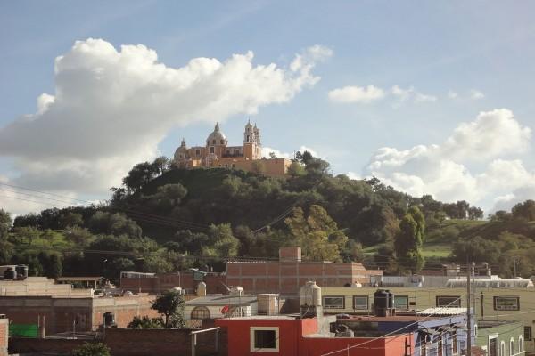 Vista de la Pirámide de Cholula con el Santuario de la Virgen de los Remedios