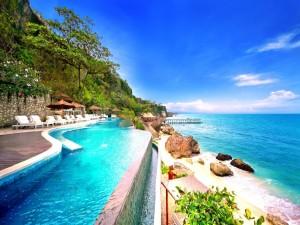 Postal: Piscina a orillas del mar con una hermosa vista panorámica
