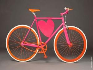 Postal: Bicicleta con corazón rosa