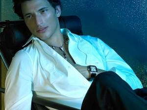 Postal: Andrés Velencoso, con camisa blanca
