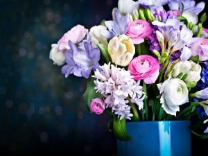 Arreglo floral con flores de varios colores