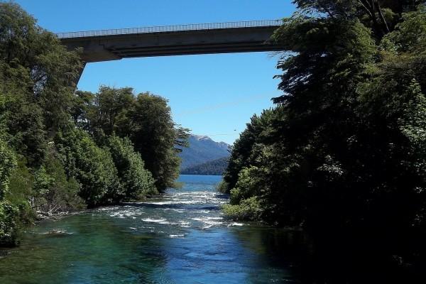 Río Correntoso y puente de la Ruta Nacional 231 (Neuquén, Argentina)