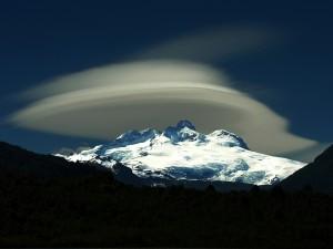 Nubes lenticulares sobre el Cerro Tronador, Argentina