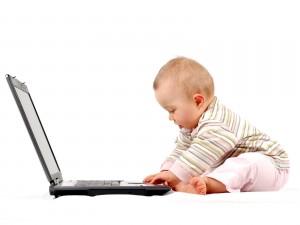 Bebé con un portatil