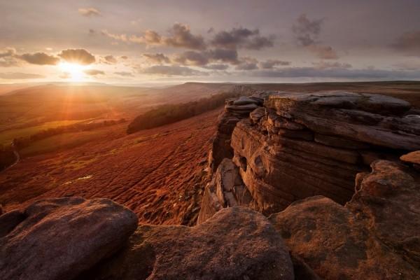 Nace el sol y acaricia las rocas