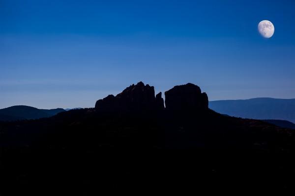 La luna blanca sobre las montañas