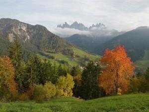 Postal: Otoño en St Magdalena, en los picos de Funes y Geisler