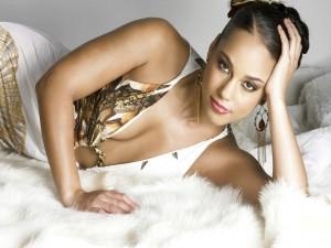 Alicia Keys con un vestido blanco