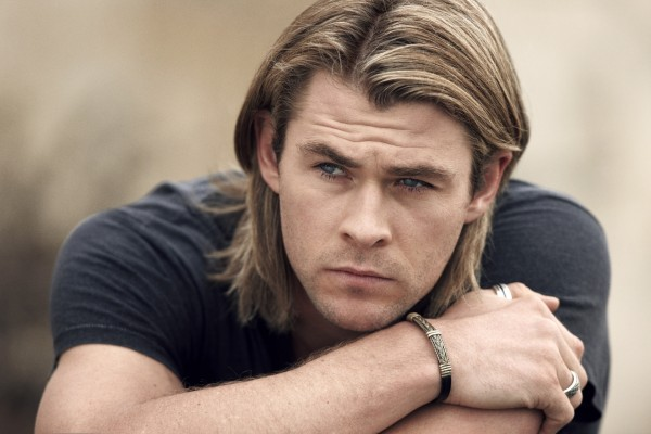 Chris Hemsworth pensativo