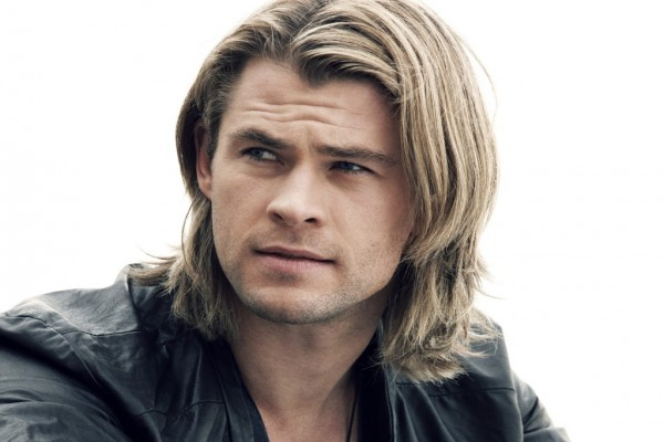 Chris Hemsworth con el pelo largo