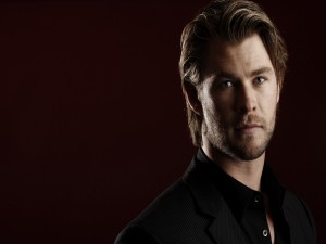 Chris Hemsworth con chaqueta y camisa negra